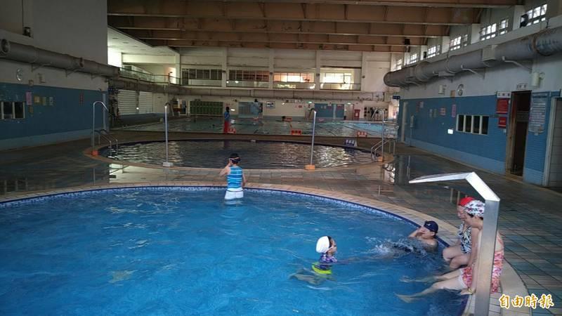 水情嚴峻,環保局4座游泳館4月19日起暫時關閉。(記者陳文嬋攝)