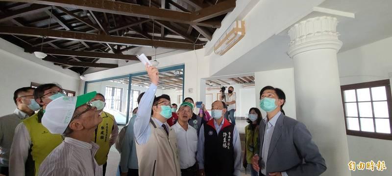 台南西市場暨原台南州青果同業組合香蕉倉庫修復完成,市長黃偉哲(抬手者)前往視察。(記者劉婉君攝)