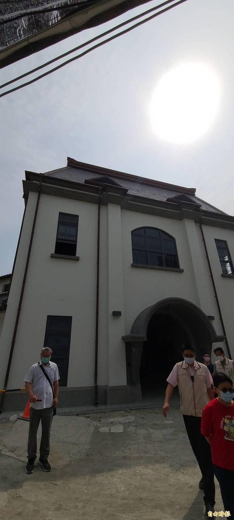 台南西市場暨原台南州青果同業組合香蕉倉庫修復完成,為繼國定古蹟台南州廳與台南地方法院後,成功復原馬薩頂的案例。(記者劉婉君攝)