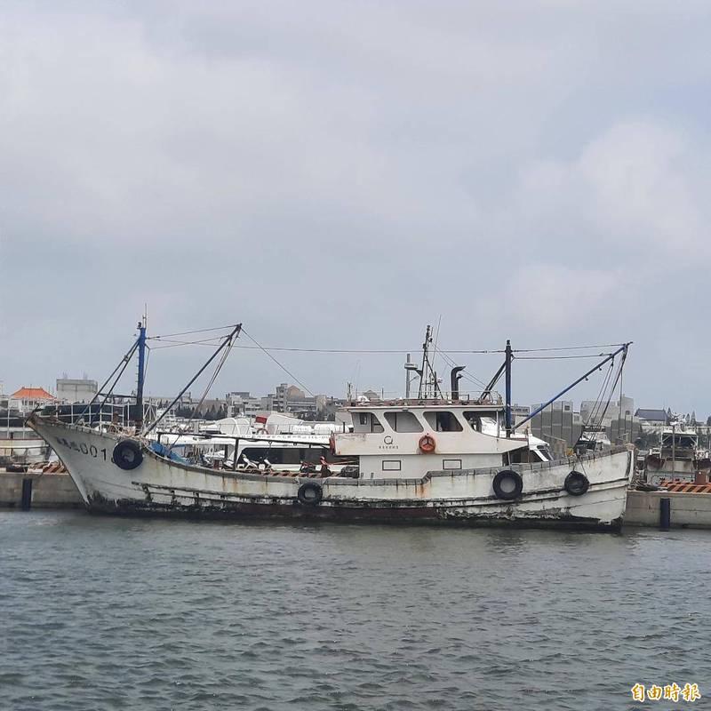 中國漁船刻意變身,塗成與台灣漁船一樣的白色,企圖掩護非法走私行為。(記者劉禹慶攝)