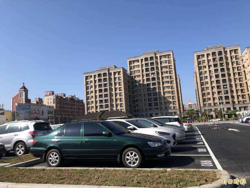 屏東勝利星村旁的停車場假日常是一位難求。(資料照,記者羅欣貞攝)