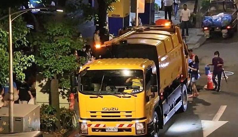 台北市垃圾車會搭配市政宣導廣播,過去幾年都是台北市長柯文哲錄音宣傳,近期竟換成黃珊珊。(圖由台北市議員王鴻薇提供)