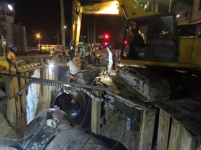 自來水公司六區處對台南東區生產路2000m/m管線汰換工程日夜趕工。(圖:水公司六區處提供)