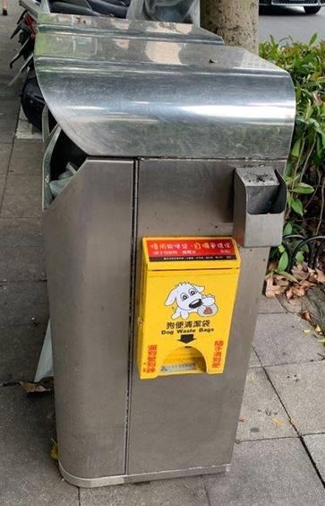 台北市目前設有430個狗便清潔箱,並裝狗便清潔袋提供民眾使用。(台北市議員許家蓓提供)
