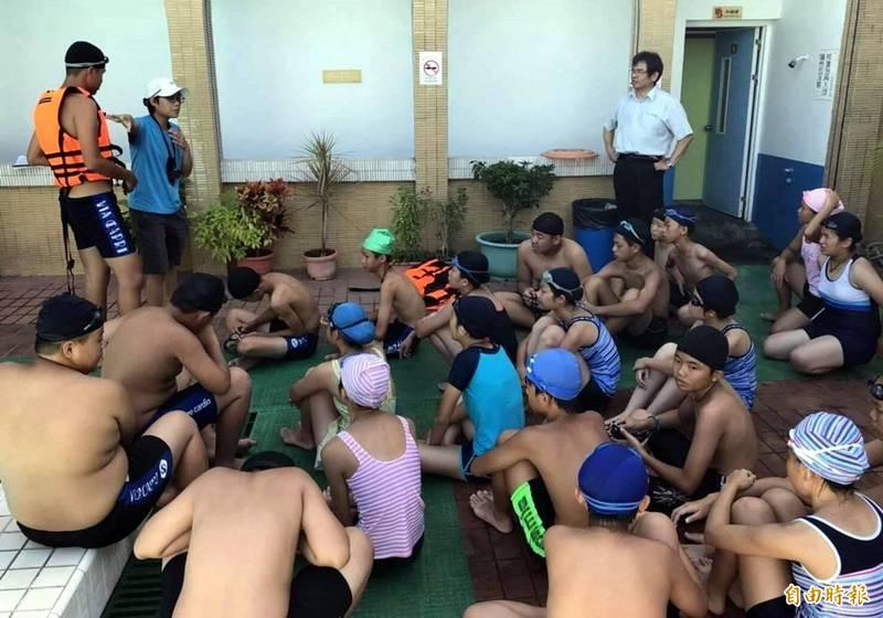 高雄市關閉22座學校公立泳池,圖為旗津國中游泳課。(記者黃旭磊攝)