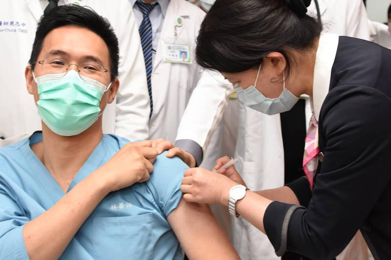 彰基針對符合公費接種武肺疫苗者,以及有出國需求自費接種者,同時開辦特診施打,圖為第1類醫療人員接種疫苗。(彰基提供)