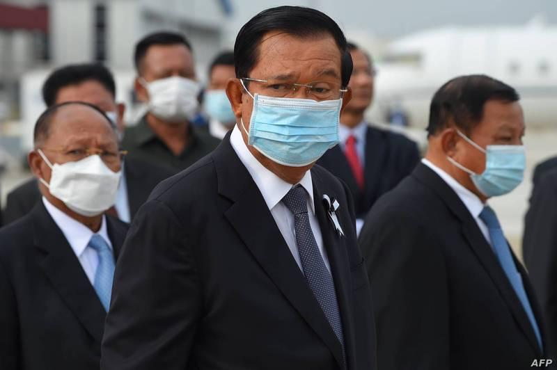 柬埔寨首相韓森(中)宣布,自14日晚起,首都金邊市緊急「封城」。(法新社)