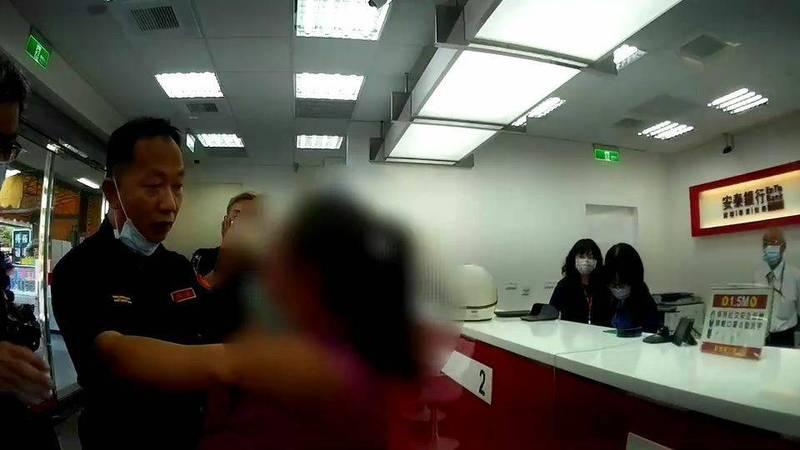 新甲所長郭智浩(左)阻詐只花20分鐘,保住林姓夫妻150萬元財產。(警方提供)