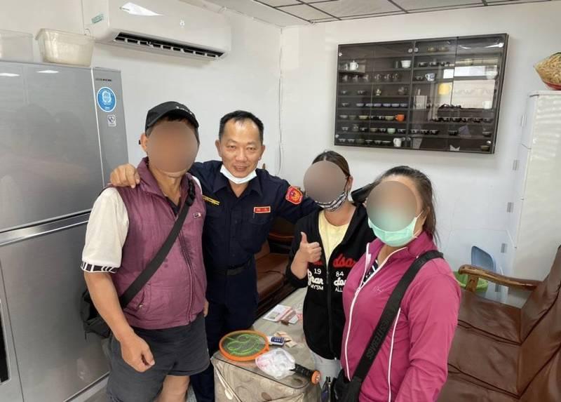 新甲所長郭智浩(左二)阻詐,只花20分鐘,保住林姓夫妻150萬元財產。(警方提供)