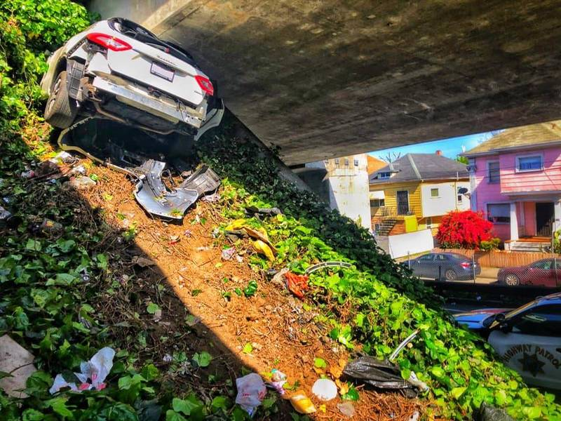 美國加州一台瑪莎拉蒂逃避警方攔檢過程,誤撞入高速高路的橋墩中。(圖擷取自臉書CHP–Oakland)