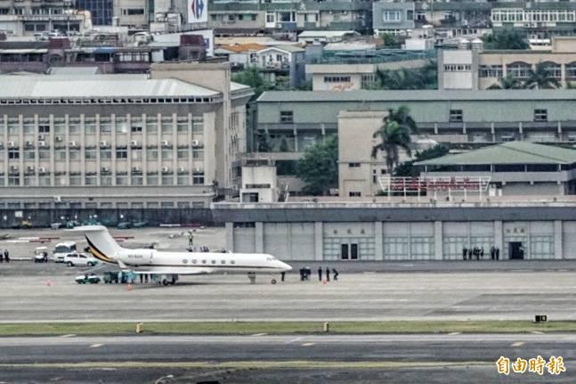銜拜登之命訪台,陶德訪問團專機今天下午降落松山機場。(記者鹿俊為攝)