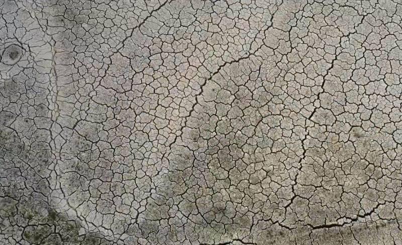 揭陽市的龍頸水庫地表龜裂。(圖擷取自「無修飾的中國」YT)