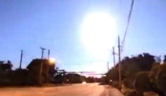 佛州日前一顆火球,在空中爆炸疑似爆炸,刺眼亮光一瞬間將黑夜照成白晝。(圖翻攝自推特)