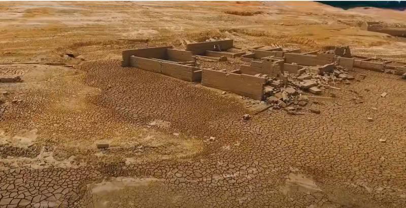 廣東潮汕地區旱象十分嚴重,萬綠湖水庫乾涸,露出多個疑似古代遺跡。(圖擷取自「無修飾的中國」YT)