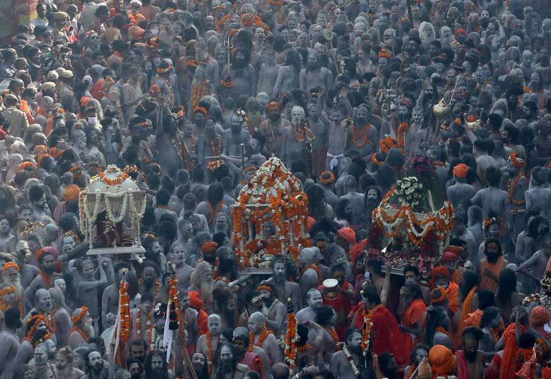 在疫情屢破紀錄期間,印度教徒仍歡慶「大壺節」(Kumbh Mela)。(路透)