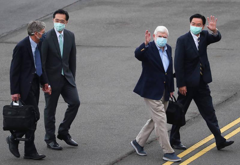 美國總統拜登摯友、前參議員陶德(Chris Dodd)(右2)所率訪問團搭乘專機,14日下午順利飛抵松山機場,這次訪台成員還包含前副國務卿史坦柏格(JamesSteinberg)(左)等人,外交部長吳釗燮(右)、北美司長徐佑典(左2)等人親往接機。(中央社)
