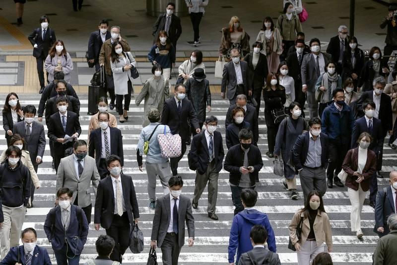 據日媒報導,220多件的群聚感染數中,數量最多的是發生在工作職場,有59件、共471人確診,占總比近3成。(美聯社)
