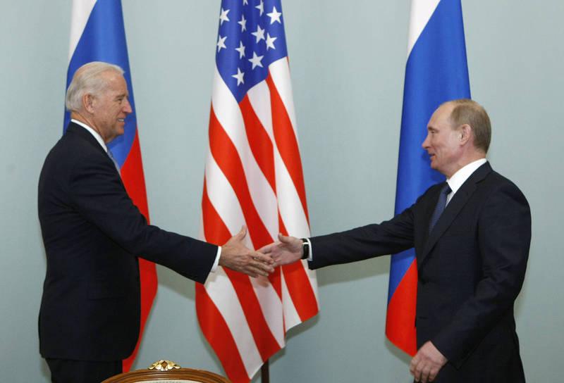 拜登(左)提議與普廷(右)舉行峰會。圖為2011年3月,時任美國副總統的拜登在莫斯科與普廷握手。(美聯社)