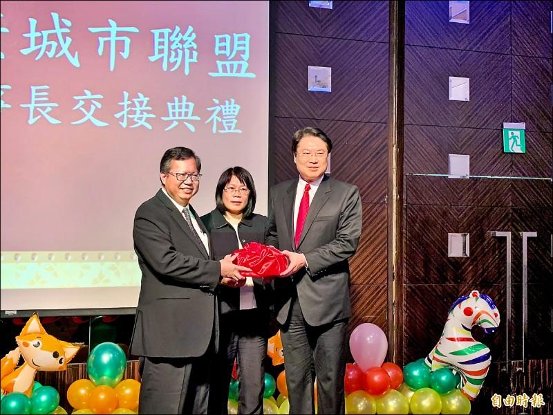 台灣健康城市聯盟理事長,桃園市長鄭文燦(左)交棒給基隆市長林右昌(右)。(記者林欣漢攝)