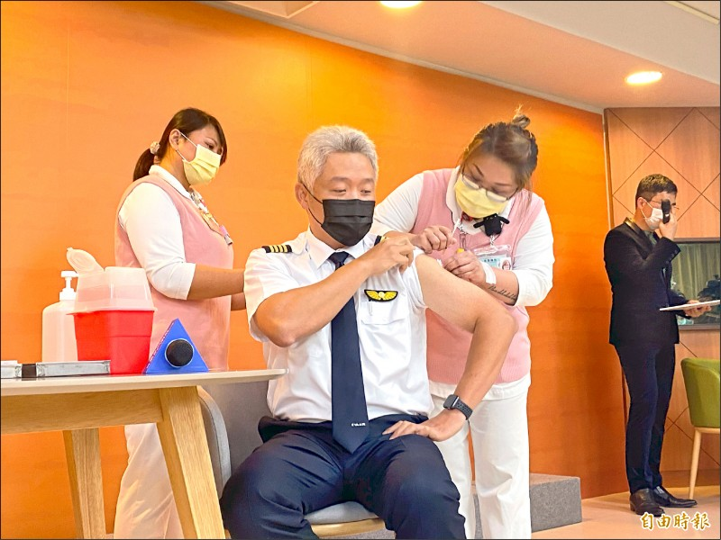 疫苗擴大接種,長榮航空B777機隊資深訓練督導、機長徐瑋鍠挽袖施打。(資料照,記者魏瑾筠攝)