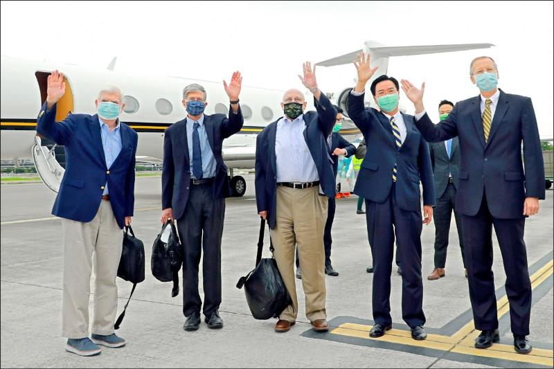 美國前參議員陶德(左一)、前副國務卿阿米塔吉(左三)及前副國務卿史坦伯格(左二)昨搭乘美國專機訪問台灣,外交部長吳釗燮(右二)及美國在台協會處長酈英傑(右一)前往機場歡迎。(外交部提供)