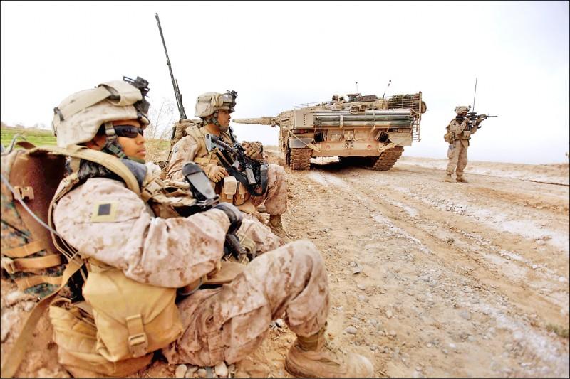 2010年2月駐紮阿富汗的美國陸戰隊與丹麥陸軍的豹2A5EK型戰車,正在清除路上簡易爆炸裝置。(法新社檔案照)