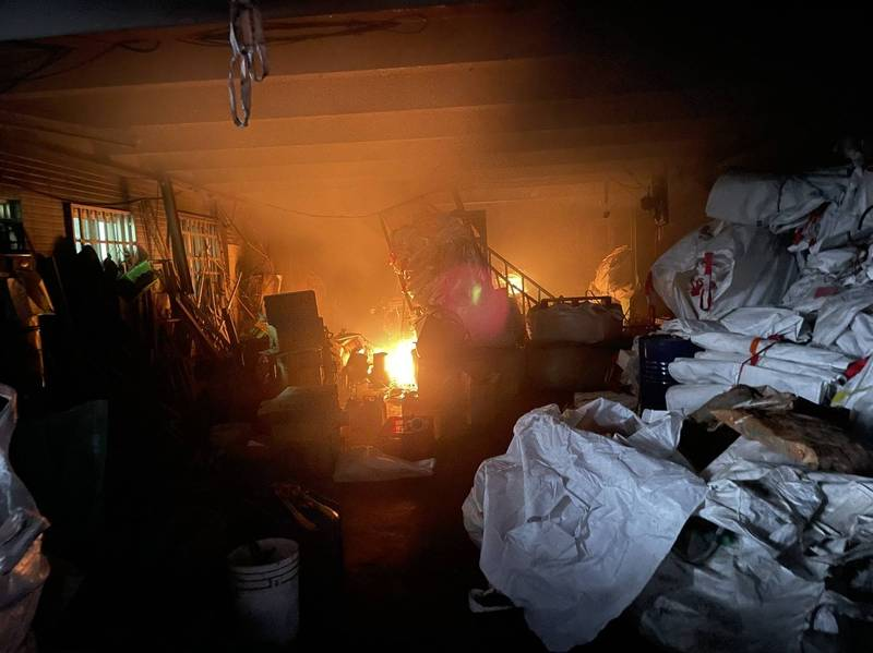 彰化市線東路一家資源回收場傳出火災,所幸馬上撲滅,沒有人員傷亡。(記者劉曉欣翻攝)