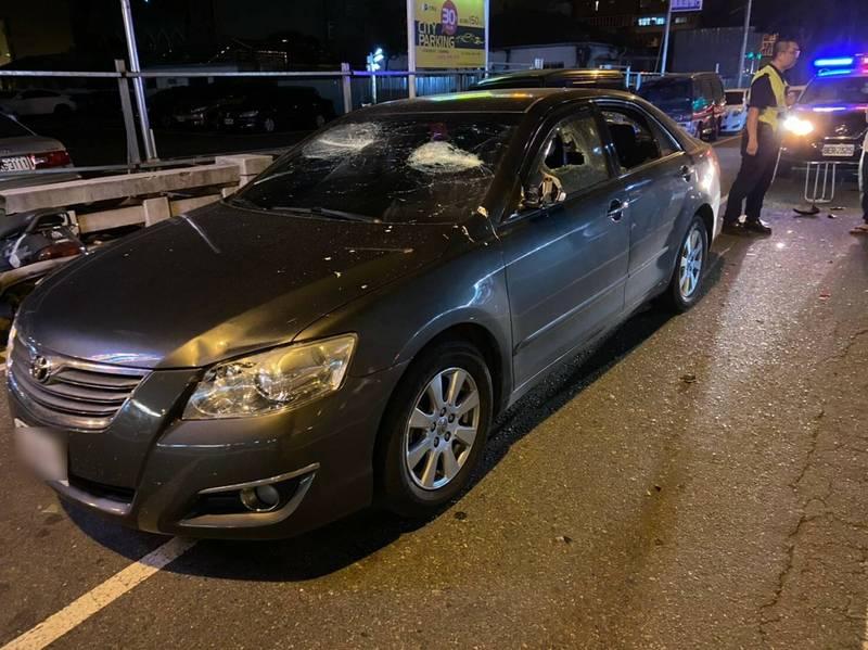 黑色豐田車包括前擋、後擋風玻璃及4面車窗都被砸碎甚至打破洞。(記者何宗翰翻攝)