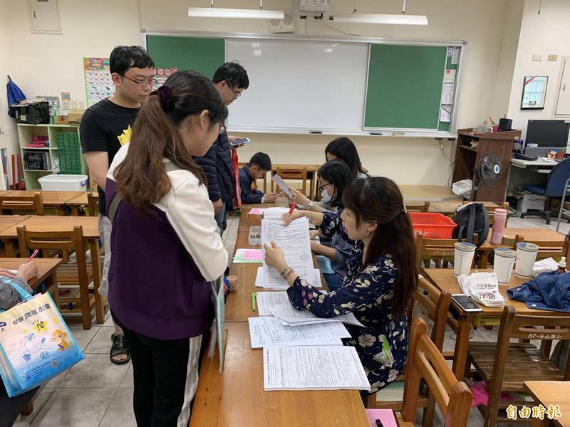 新北市公立國小額滿學校登記以往採現場登記辦理。(記者周湘芸攝)