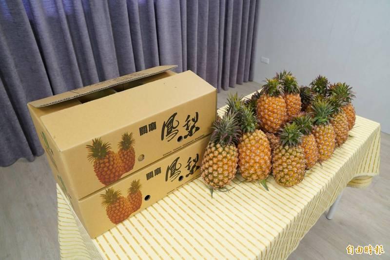 台灣鳳梨正盛產,新竹市農會與台南關廟合作促銷關廟金鑽鳳梨,鼓勵大家用新台幣下架金鑽鳳梨。(記者洪美秀攝)