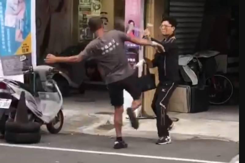 員警休假扮檢舉達人,路上拍照竟遭毆打。(讀者提供)