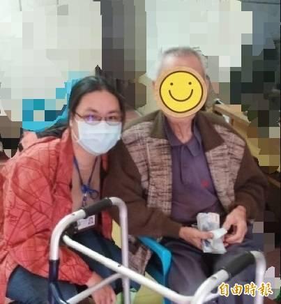 台東縣社會處劉姓社工員與陳爺爺。(記者黃明堂攝)