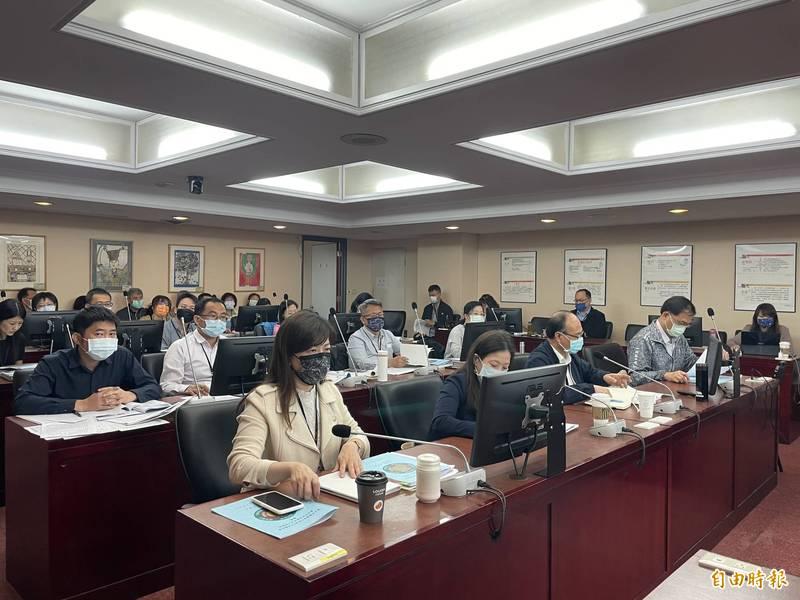 台北市教育局到議會教育委員會進行工作報告。(記者蔡亞樺攝)