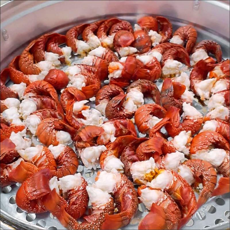 南陽國小為學生營養午餐「加菜」,讓學生吃到鮮甜的龍蝦餐。(圖:讀者提供)