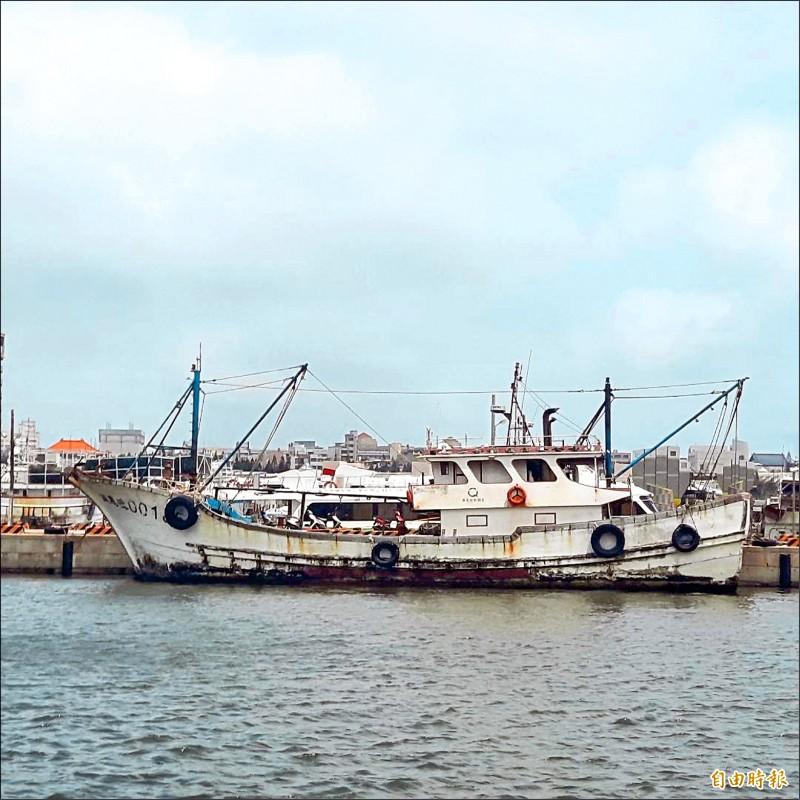 中國漁船刻意變身,將船身漆成與台灣漁船同樣的白色,企圖掩護不法走私行為。(記者劉禹慶攝)