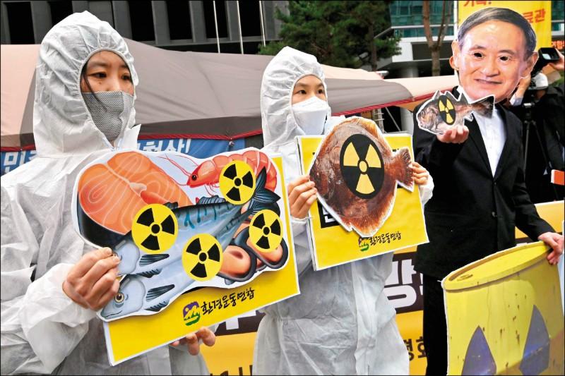 南韓環團在日本大使館前,抗議日方決將福島第一核電廠的核廢水排到太平洋,恐造成海洋浩劫。(法新社)