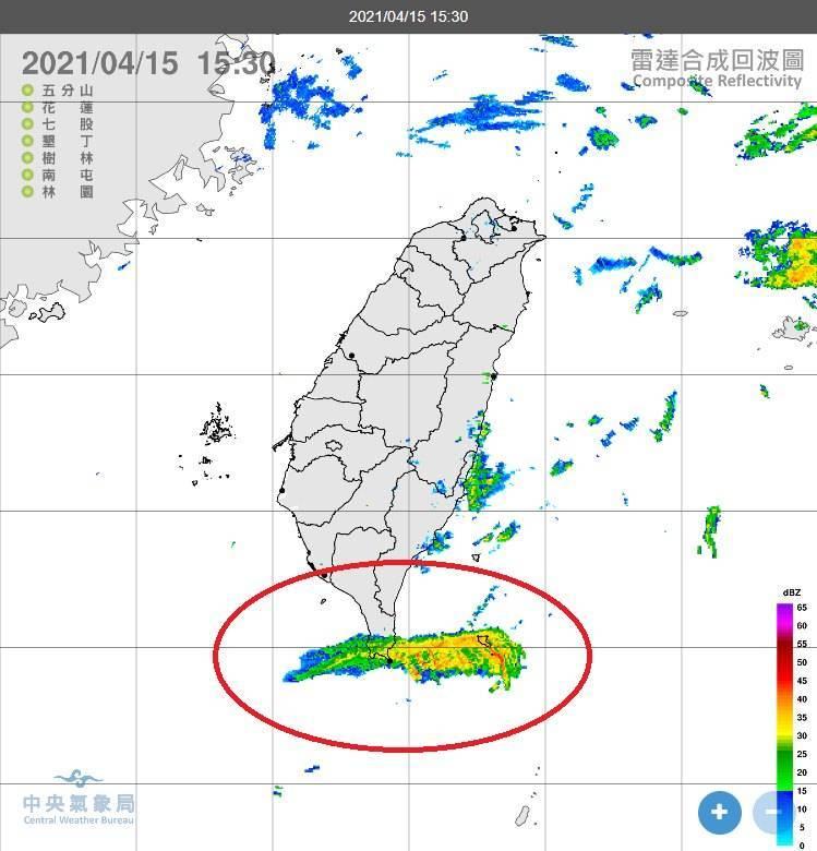 中央氣象局局長鄭明典發現,今(15日)下午3點30分在台灣南方出現大片氣象回波,他在臉書表示「這個回波不會下雨」。(圖取自鄭明典臉書)
