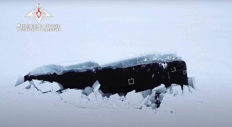 演習時突來1隻北極熊挖走其中1支界標旗,並在俄軍演習範圍內自由快活地行走了好長一段時間,這差點阻止了潛艦的極地上浮訓練。(美聯社)