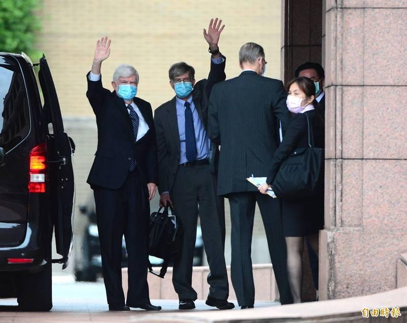 美國前聯邦參議員陶德(左起)、前副國務卿史坦伯等參訪團一行人,除了到行政院拜會院長蘇貞昌,今天也與6名朝野立委會談。(記者王藝菘攝)