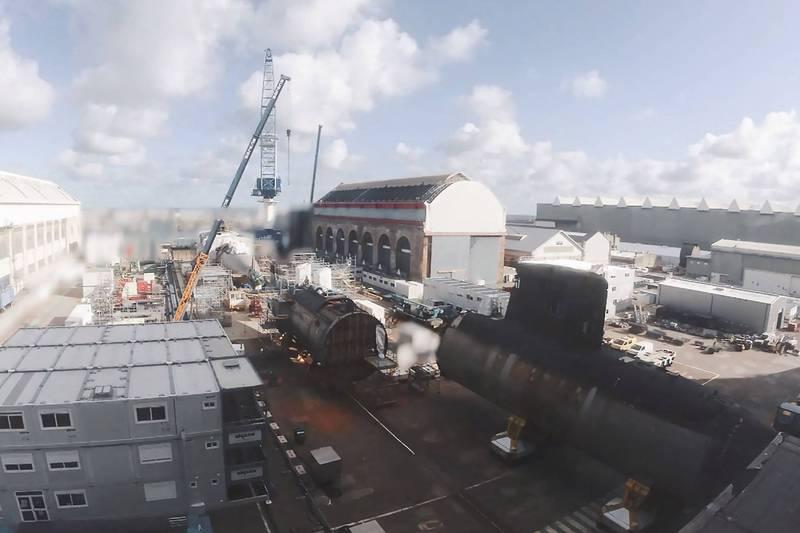 法國海軍珍珠號核子潛艦在去年6月檢修時爆發大火,無法修復,但後半段完好如初,法方把在2019年除役的藍寶石號前半段切除,並與珍珠號焊接在一起,這樣就能得到一艘新的核動力潛艦。(法新社)