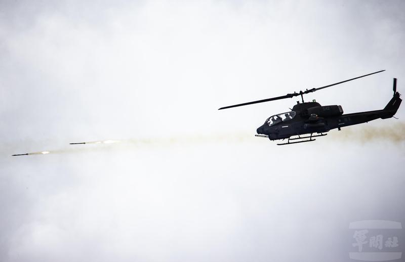 AH-1W直升機射擊海神火箭彈。(圖:軍聞社提供)