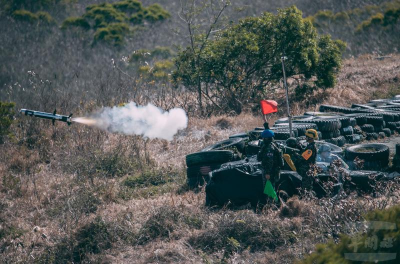 官兵發射標槍飛彈。(圖:軍聞社提供)