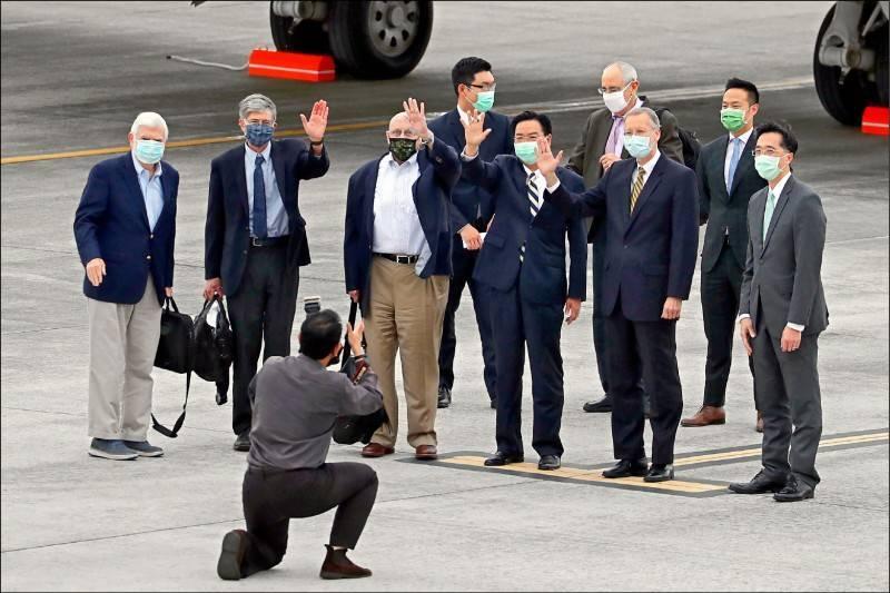 美國總統拜登摯友、前參議員陶德(站立者左起)昨率前副國務卿史坦伯格、阿米塔吉等人訪台,外交部長吳釗燮(右3)、AIT處長酈英傑(右2)等到場接機。(中央社)