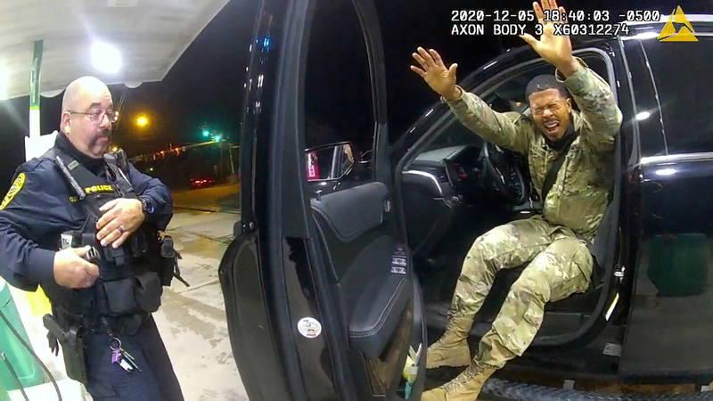 本月初美國有1名非裔陸軍少尉出面指控,早先在維吉尼亞州被警員無故攔查,他雖配合受檢卻遭警員數度噴灑辣椒水,還用槍指著他,跳針要求他把手伸出窗外不准放下,卻又同時要他熄火下車。(路透)