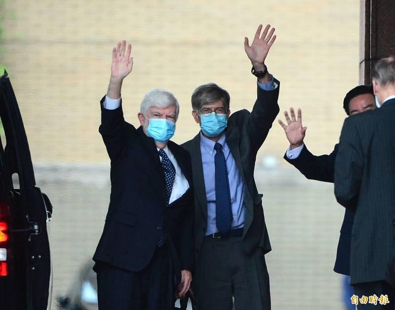美國前聯邦參議員陶德(左起)、前副國務卿史坦伯等一行今天下午到行政院拜會院長蘇貞昌,隨後也與朝野跨黨派立委會面。(記者王藝菘攝)