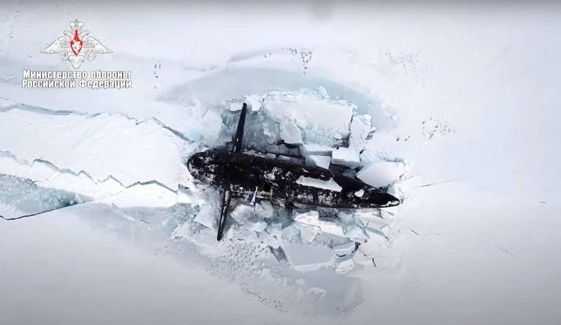 俄軍核潛艦在界標旗半徑300公尺的範圍內破冰而出,打破厚度1.5米的冰層成功上浮。(美聯社)