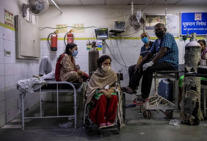 印度疫情嚴峻,單日確診今天突破20萬例,新德里武肺患者在醫院接受治療。(路透)