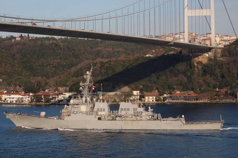 土耳其透露美軍將向黑海派遣軍艦,但美國官員表示美方從未說過此事。圖為2020年2月行經博斯普魯斯海峽得美軍驅逐艦羅斯號。(路透)