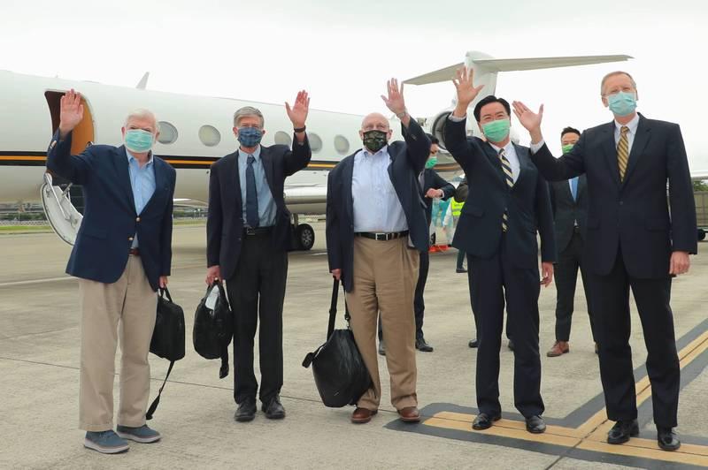 美國前參議員陶德(左1)、前副國務卿史坦柏格(左2)及阿米塔吉(左3)14日搭乘美國專機訪問台灣;外交部長吳釗燮(右2)及美國在台協會處長酈英傑(右1)前往機場歡迎。(外交部提供)