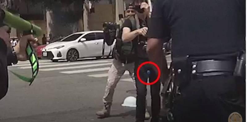 29歲的蒙泰梅爾去年夏天參與抗議活動時,被一名警察手持橡膠子彈擊中睪丸,造成他身心嚴重傷害。(圖擷取自「Los Angeles Police Department」YouTube頻道)